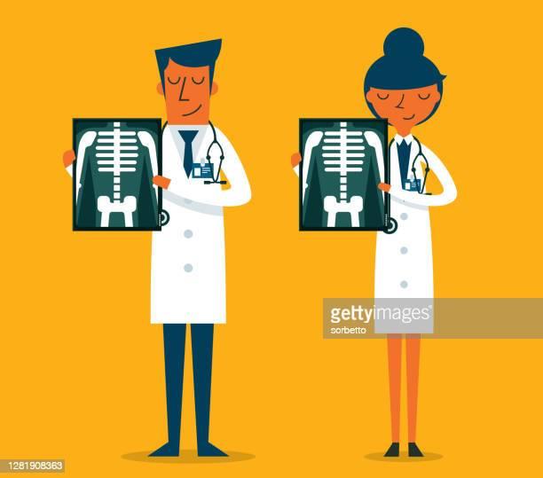 x線フィルムを見せる医師 - 放射線技師点のイラスト素材/クリップアート素材/マンガ素材/アイコン素材