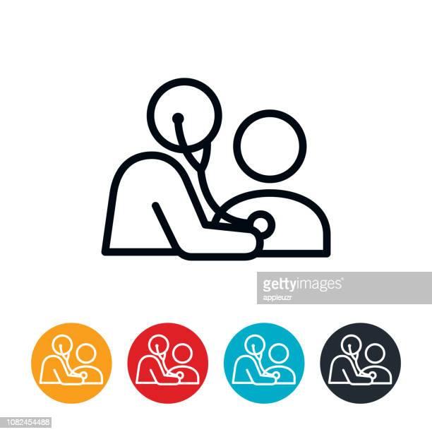 ilustraciones, imágenes clip art, dibujos animados e iconos de stock de médico con estetoscopio sobre icono de paciente - paciente