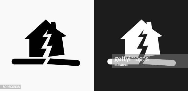 earthquake icon on black and white vector backgrounds - cracked stock illustrations, clip art, cartoons, & icons