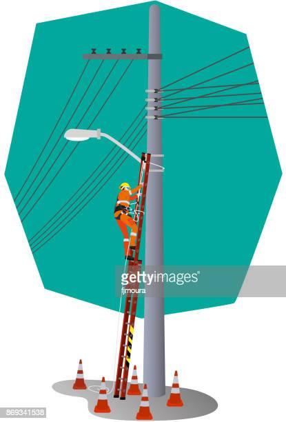 Eletricista trabalhando no poste