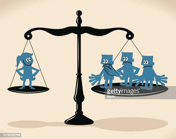 EQUAL-Arm Balance Waage mit Geschäftsfrau und Gruppe von Geschäftsleuten