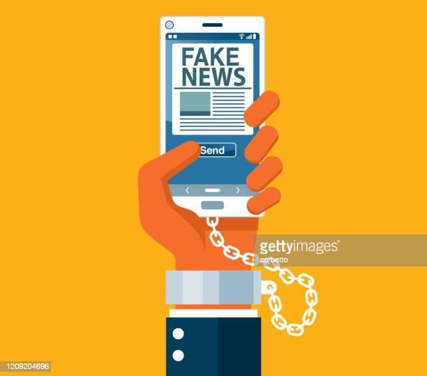 ilustraciones, imágenes clip art, dibujos animados e iconos de stock de noticias falsas en línea - uso del teléfono - fake news