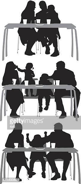 ilustrações de stock, clip art, desenhos animados e ícones de família comer o pequeno-almoço juntos - mesa cafe da manha