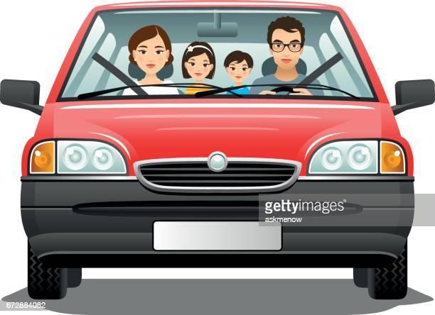 Familie in einem Auto auf einem weißen Hintergrund