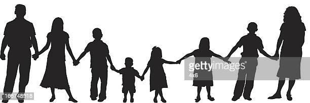 illustrations, cliparts, dessins animés et icônes de les familles avec de jeunes enfants en tenant les mains - parents