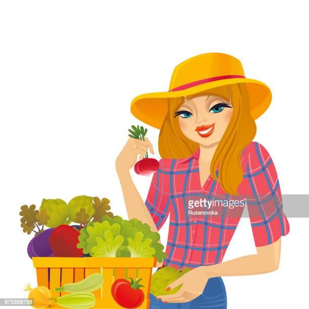 Fille de fermier vendant des légumes frais biologiques