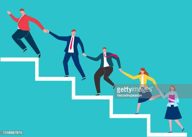 fette führungspersönlichkeiten führen teammitglieder dazu, höhere stufen hand in hand zu erklimmen - karriereleiter stock-grafiken, -clipart, -cartoons und -symbole