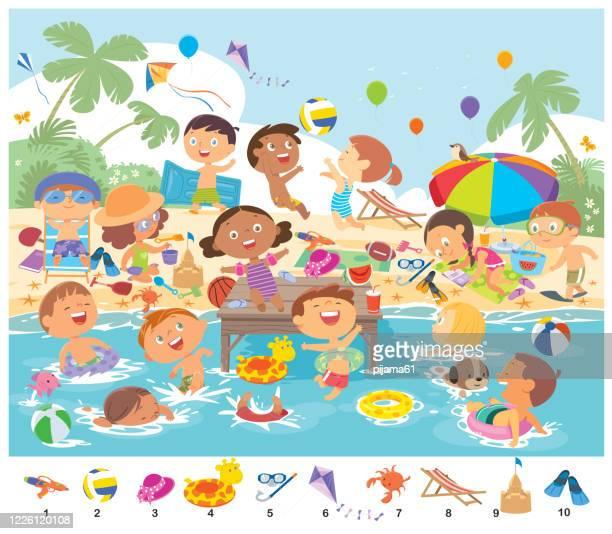 illustrations, cliparts, dessins animés et icônes de trouvez 10 objets dans l'image. objets cachés puzzle. gosses heureux ayant l'amusement sur la plage - vacances à la mer