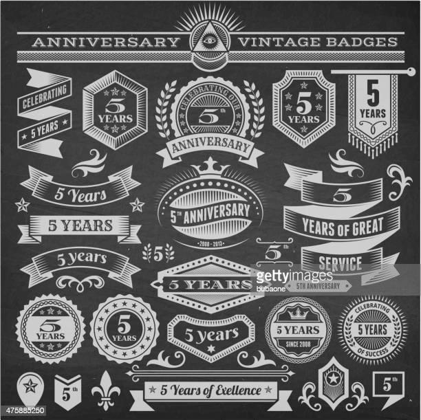 Cinco Ano de Aniversário mão-extraídas vector fundo chalkboard royalty free