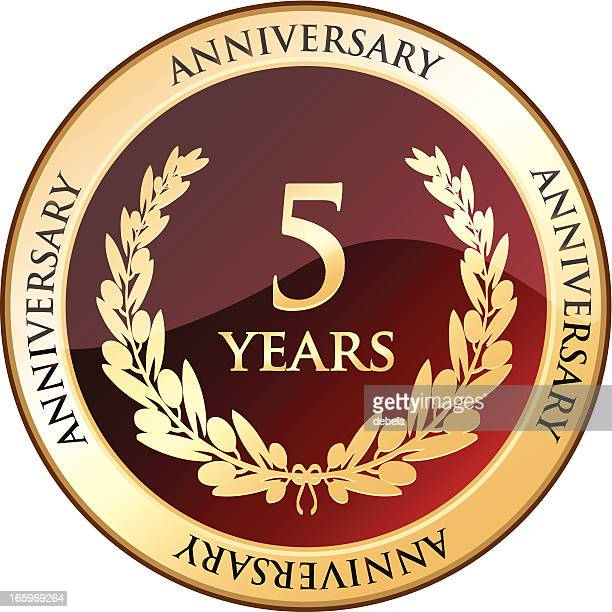 stockillustraties, clipart, cartoons en iconen met five years anniversary gold shield - 4 5 jaar
