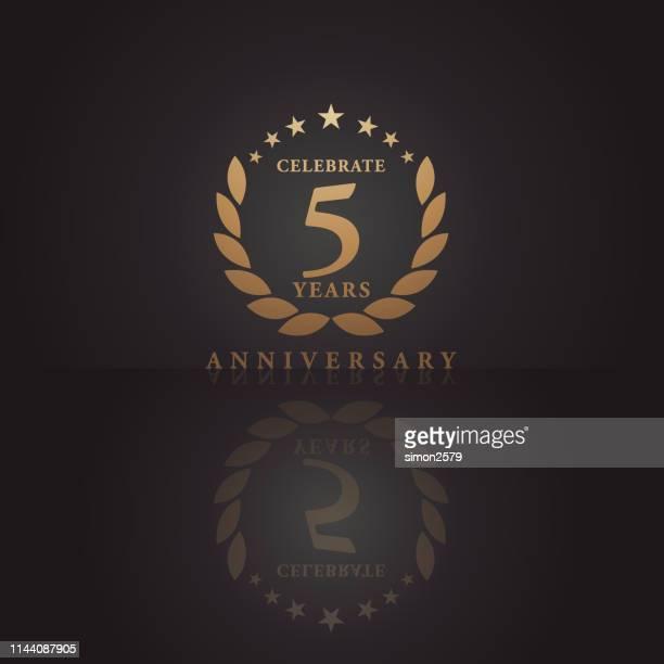 fünf jahre goldene jubiläums-ikone mit dunklem farbhintergrund - zahl 5 stock-grafiken, -clipart, -cartoons und -symbole