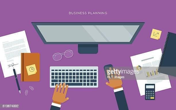 ilustraciones, imágenes clip art, dibujos animados e iconos de stock de plano ilustración de la persona en el escritorio con computadora, negocio planificación - teclado de ordenador