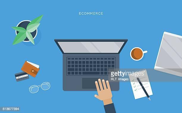フラットな人物のイラストは、デスク、ノートパソコン、電子商取引