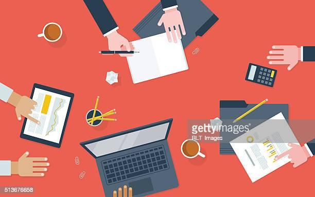 Flache Abbildung der Arbeitnehmer Arbeiten am Schreibtisch