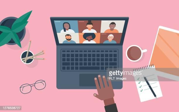 illustrazioni stock, clip art, cartoni animati e icone di tendenza di illustrazione vettoriale piatta della persona alla scrivania che utilizza il computer per la videochiamata - video chiamata