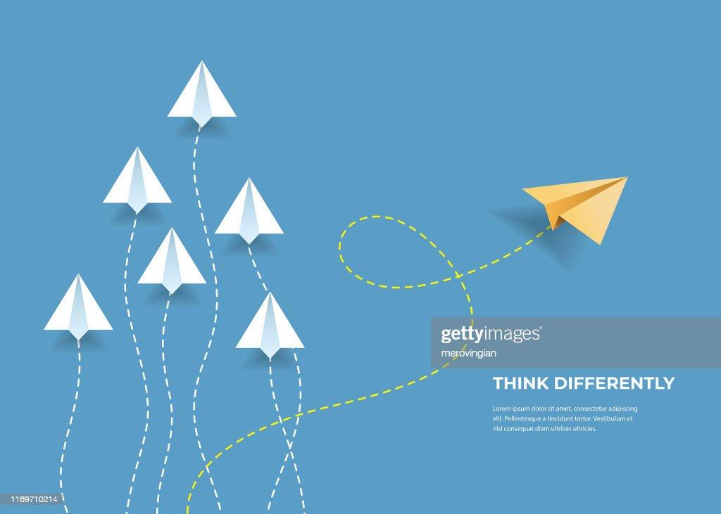 Vliegende papieren vliegtuigen. Denk anders, leiderschap, trends, creatieve oplossing en uniek manier concept. Verschillend zijn. : Stockillustraties