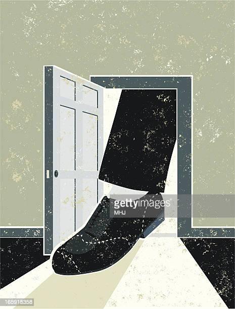 Pé em uma porta aberta