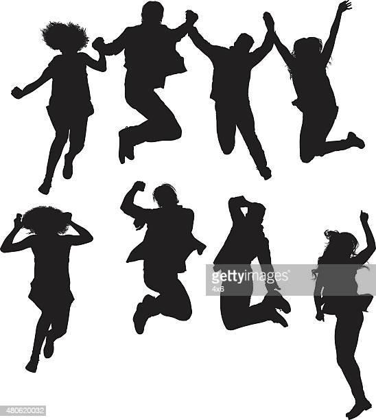 Quatre amis sautant et acclamations