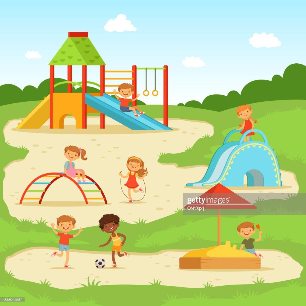 Lustige Kinder Sommer Spielplatz Kinder Spielen Im Park ...