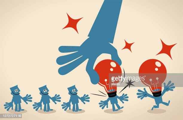 riesige hand installiert eine idee glühbirne kopf für gruppe von geschäftsleuten, die in einer reihe warten - erfindung stock-grafiken, -clipart, -cartoons und -symbole