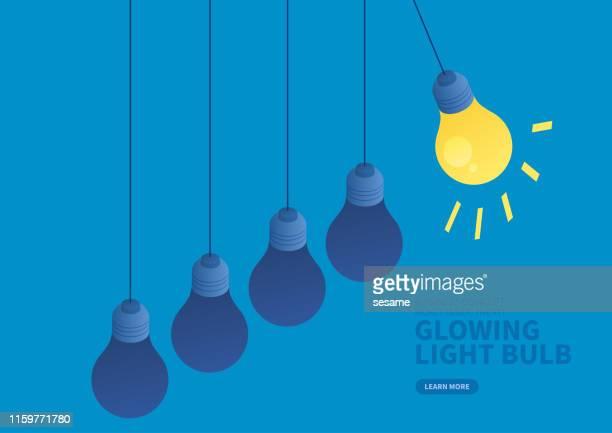 bildbanksillustrationer, clip art samt tecknat material och ikoner med glödande glöd lampa för att träffa en glöd lampa som inte lyser - newtons pendel