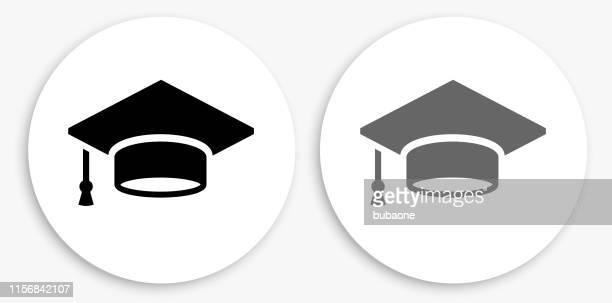 ilustraciones, imágenes clip art, dibujos animados e iconos de stock de graduación cap icono redondo blanco y negro - birrete