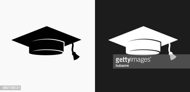 ilustraciones, imágenes clip art, dibujos animados e iconos de stock de cap de graduación icono en blanco y negro vector fondos - birrete