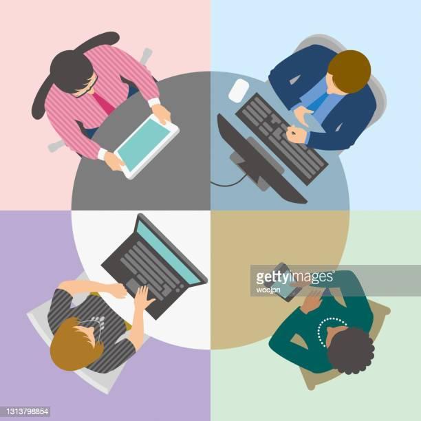 illustrazioni stock, clip art, cartoni animati e icone di tendenza di gruppo di uomini d'affari che hanno una riunione online o una videoconferenza alla tavola rotonda virtuale visualizzata dall'alto - collega d'ufficio