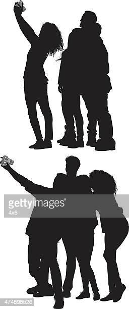 ilustraciones, imágenes clip art, dibujos animados e iconos de stock de grupo de amigos tomando fotos - camara reflex