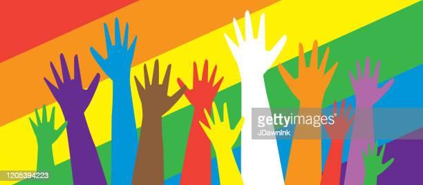 多文化ゲイプライドの抗議者や活動家のグループは、空気中の手 - ゲイ・パレード点のイラスト素材/クリップアート素材/マンガ素材/アイコン素材