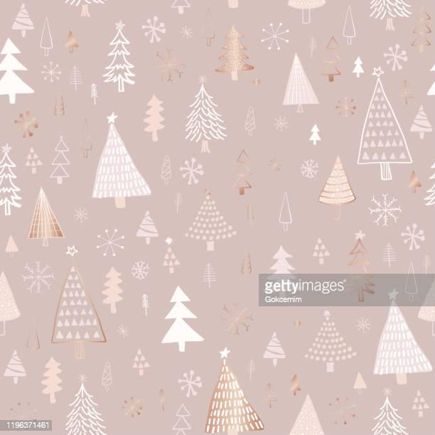 手描きのクリスマス/休日の木のパターン。ローズゴールド、ベージュ、ヌード色のクリスマスツリー、シームレスなパターン。フォレストの背景。生地、織物のための子供っぽい質感。 - ローズゴールド点のイラスト素材/クリップアート素材/マンガ素材/アイコン素材