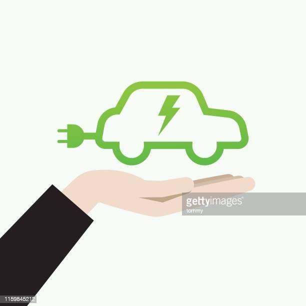 ilustrações, clipart, desenhos animados e ícones de mão que prende um símbolo do carro elétrico - abastecendo