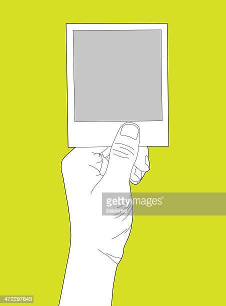 ilustrações, clipart, desenhos animados e ícones de mão segure em branco foto instantânea - segurando