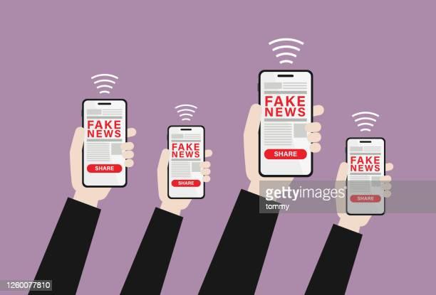 ilustraciones, imágenes clip art, dibujos animados e iconos de stock de mano sosteniendo noticias falsas en un teléfono móvil - falso