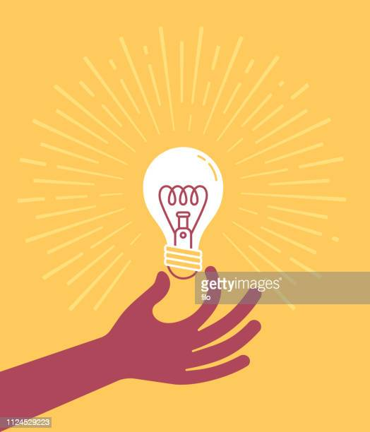 stockillustraties, clipart, cartoons en iconen met hand met gloeilamp - illustratie
