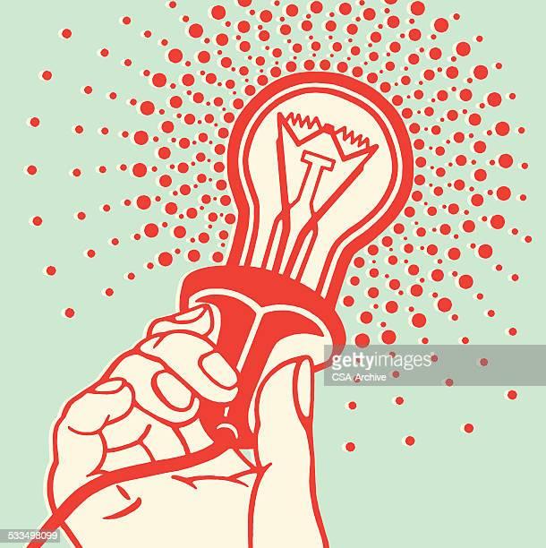 ilustraciones, imágenes clip art, dibujos animados e iconos de stock de mano agarrando bombilla - electricista
