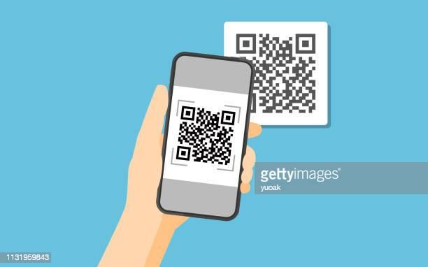 illustrations, cliparts, dessins animés et icônes de smartphone de fixation de main pour numériser le code qr sur le papier pour le détail - code barre