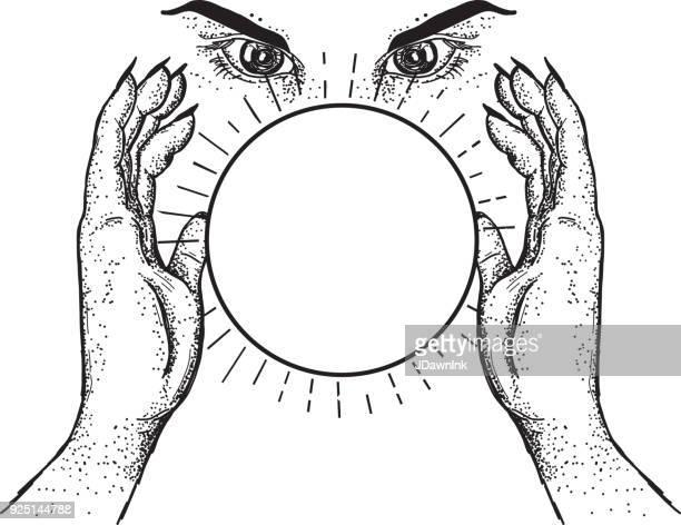 Las manos y los ojos sosteniendo una bola de cristal