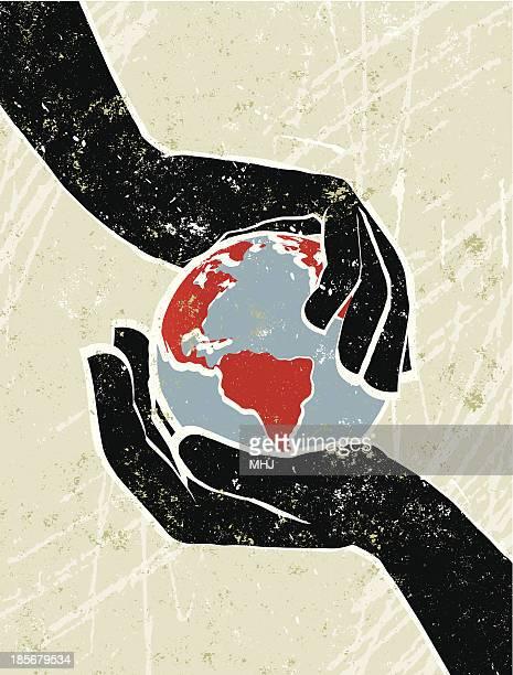 Mão de um mapa do mundo globo Cradling