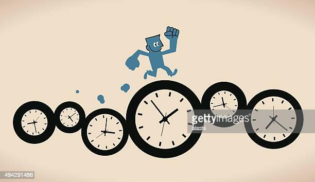 Glücklich lächelnd zuversichtlich Geschäftsmann Laufen auf Gruppe Zeit und Uhren