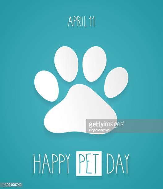 illustrations, cliparts, dessins animés et icônes de happy day pour animaux de compagnie. patte sur fond bleu avec l'inscription de la main. illustration vectorielle - empreinte de pas
