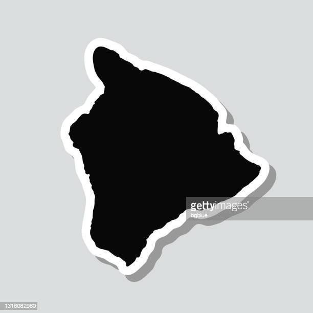 hawaii insel karte aufkleber auf grauem hintergrund - hawaii inselgruppe stock-grafiken, -clipart, -cartoons und -symbole