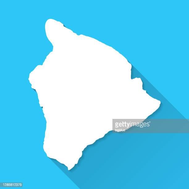 hawaii inselkarte mit langem schatten auf blauem hintergrund - flat design - hawaii inselgruppe stock-grafiken, -clipart, -cartoons und -symbole