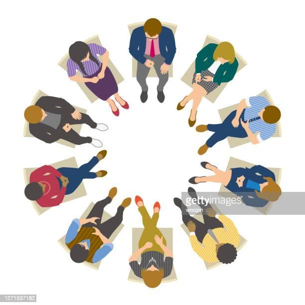 illustrazioni stock, clip art, cartoni animati e icone di tendenza di vista ad alto angolo degli uomini d'affari seduti in cerchio e che si incontrano - grande gruppo di persone