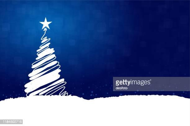 illustrations, cliparts, dessins animés et icônes de illustration horizontale de vecteur d'un fond bleu foncé créateur de couleur avec un arbre blanc créateur de noel avec une étoile brillante brillante au dessus, neige partout le sol et sur l'arbre - bleu roi