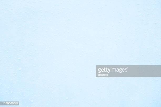 illustrations, cliparts, dessins animés et icônes de illustration horizontale de vecteur d'un fond grungy pâle ou bleu clair vide avec de minuscules gouttes de rosée partout - bleu clair