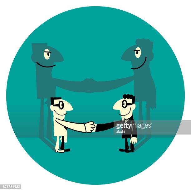 握手に直面して 2 つ 2 つの笑みを浮かべてビジネスマンの偽善的な影
