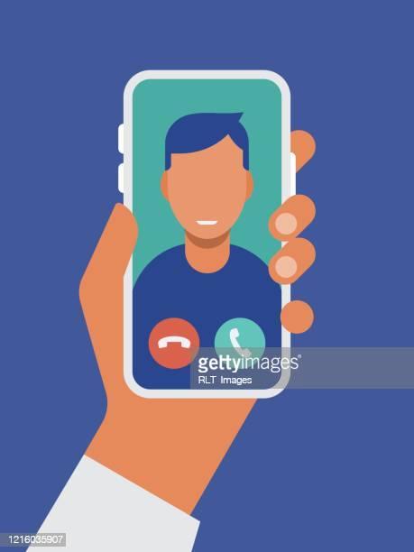 illustrations, cliparts, dessins animés et icônes de illustration de la main retenant le téléphone intelligent avec l'appel vidéo sur l'écran - design plat