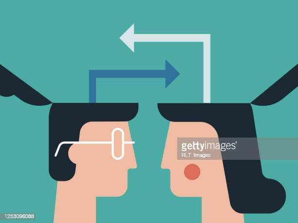 abbildung von köpfen, die ideenoffen austauschen - austausch stock-grafiken, -clipart, -cartoons und -symbole