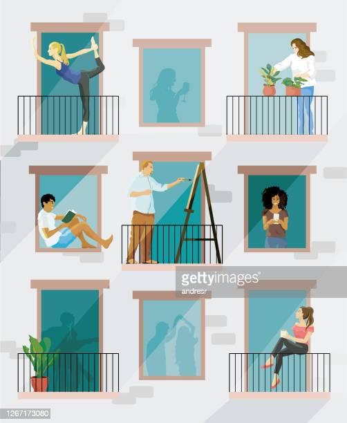 自宅に滞在し、バルコニーで異なる活動をしている人々のイラスト - 退屈点のイラスト素材/クリップアート素材/マンガ素材/アイコン素材